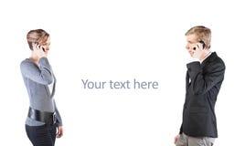Hombre y mujer con los teléfonos celulares Imagen de archivo