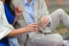 Hombre y mujer con los vidrios de champán Fotografía de archivo