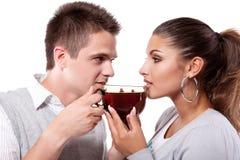 Hombre y mujer de consumición del té Imágenes de archivo libres de regalías
