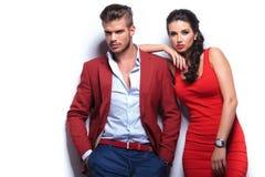 Hombre y mujer de la moda de los jóvenes contra la pared blanca Foto de archivo