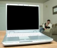 Hombre y mujer de la pantalla en blanco de la computadora portátil Fotos de archivo libres de regalías