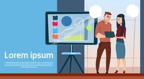 Hombre y mujer de negocios con el gráfico financiero de la presentación de la reunión de reflexión de Flip Chart Seminar Training Imagenes de archivo