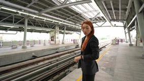 Hombre y mujer de negocios en la estación de tren