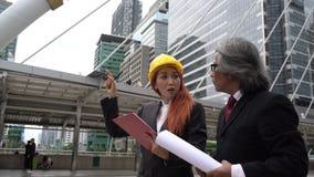 Hombre y mujer de negocios que discuten sobre su trabajo