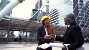 Hombre y mujer de negocios que discuten sobre su trabajo almacen de metraje de vídeo