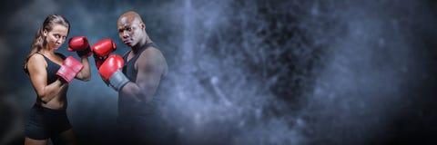 Hombre y mujer del combatiente del boxeador con la transición oscura Imágenes de archivo libres de regalías