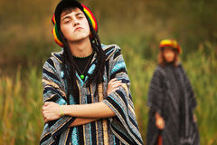 Hombre y mujer del hippie de la moda de los jóvenes que caminan en la naturaleza Imágenes de archivo libres de regalías