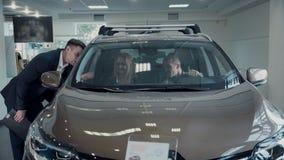 Hombre y mujer dentro del nuevo automóvil almacen de video