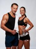 Hombre y mujer deportivos sonrientes Imágenes de archivo libres de regalías