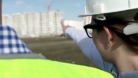Hombre y mujer el ingeniero And Construction Director almacen de video