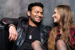 Hombre y mujer elegantes jovenes en amor Fotografía de archivo libre de regalías