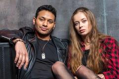 Hombre y mujer elegantes jovenes en amor Imagen de archivo libre de regalías