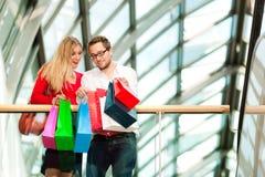 Hombre y mujer en alameda de compras con los bolsos Fotos de archivo