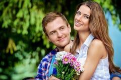 Hombre y mujer en amor fotos de archivo