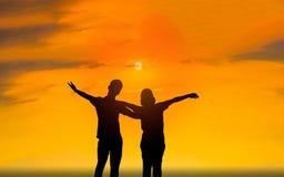 Hombre y mujer en amor Foto de la silueta imagen de archivo