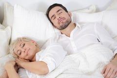 Hombre y mujer en cama Imagenes de archivo
