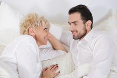 Hombre y mujer en cama Imagen de archivo