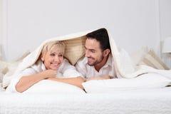Hombre y mujer en cama Fotografía de archivo libre de regalías