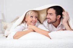 Hombre y mujer en cama Foto de archivo libre de regalías