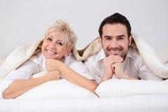 Hombre y mujer en cama Imágenes de archivo libres de regalías
