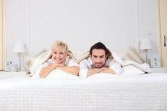 Hombre y mujer en cama Fotos de archivo