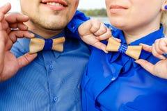 Hombre y mujer en camisas azules con la corbata de lazo de madera Imagen de archivo libre de regalías