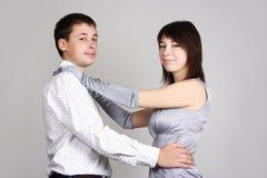 Hombre y mujer en el abarcamiento del vestido de noche Imagen de archivo
