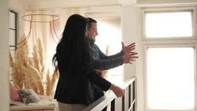 Hombre y mujer en el balcón almacen de video