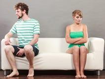 Hombre y mujer en el desacuerdo que se sienta en el sofá Fotografía de archivo libre de regalías