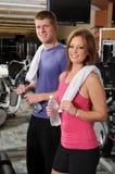 Hombre y mujer en la gimnasia Imágenes de archivo libres de regalías
