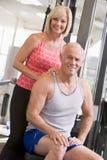 Hombre y mujer en la gimnasia junto Imágenes de archivo libres de regalías