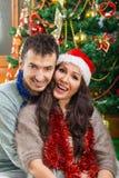 Hombre y mujer en la Navidad que comparte amor y felicidad imagen de archivo