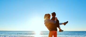 Hombre y mujer en la playa Foto de archivo libre de regalías