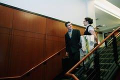 Hombre y mujer en las escaleras fotografía de archivo
