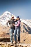 Hombre y mujer en las montañas fotografía de archivo libre de regalías