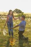 Hombre y mujer en naturaleza en el sol, la relación entre amados hombre y la mujer en la naturaleza en el sol, la relación fotografía de archivo libre de regalías