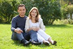 Hombre y mujer en paréntesis que ríen al aire libre Imágenes de archivo libres de regalías