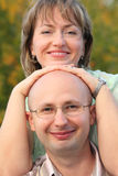 Hombre y mujer en parque temprano de la caída. Imagen de archivo