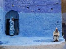 Hombre y mujer en puerta azul marruecos fotos de archivo libres de regalías
