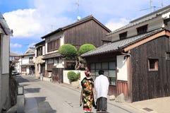 Hombre y mujer en ropa japonesa tradicional, distrito de Bikan, Kurashiki, Jap?n fotografía de archivo libre de regalías