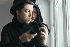 Hombre y mujer en ropa negra fotos de archivo