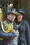 Hombre y mujer en traje del Vapor-punky. Imagenes de archivo