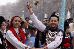 Hombre y mujer en trajes de mascarada tradicionales  imagen de archivo
