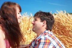 Hombre y mujer en un campo de trigo imagen de archivo