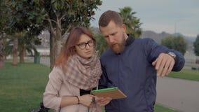 Hombre y mujer en un paseo de la bici almacen de metraje de vídeo