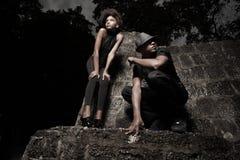 Hombre y mujer en una pared de piedra Foto de archivo libre de regalías