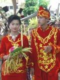 Hombre y mujer en vestidos indonesios tradicionales imagenes de archivo