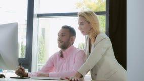 Hombre y mujer felices en el trabajo en agencia creativa foto de archivo