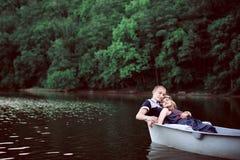 Hombre y mujer felices en la naturaleza Fotos de archivo libres de regalías