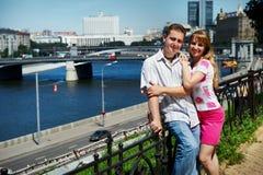 Hombre y mujer felices jovenes en la caminata romántica Imagenes de archivo
